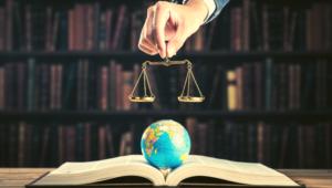 mappamondo-bilancia-giustizia-democrazia-demografia-economia